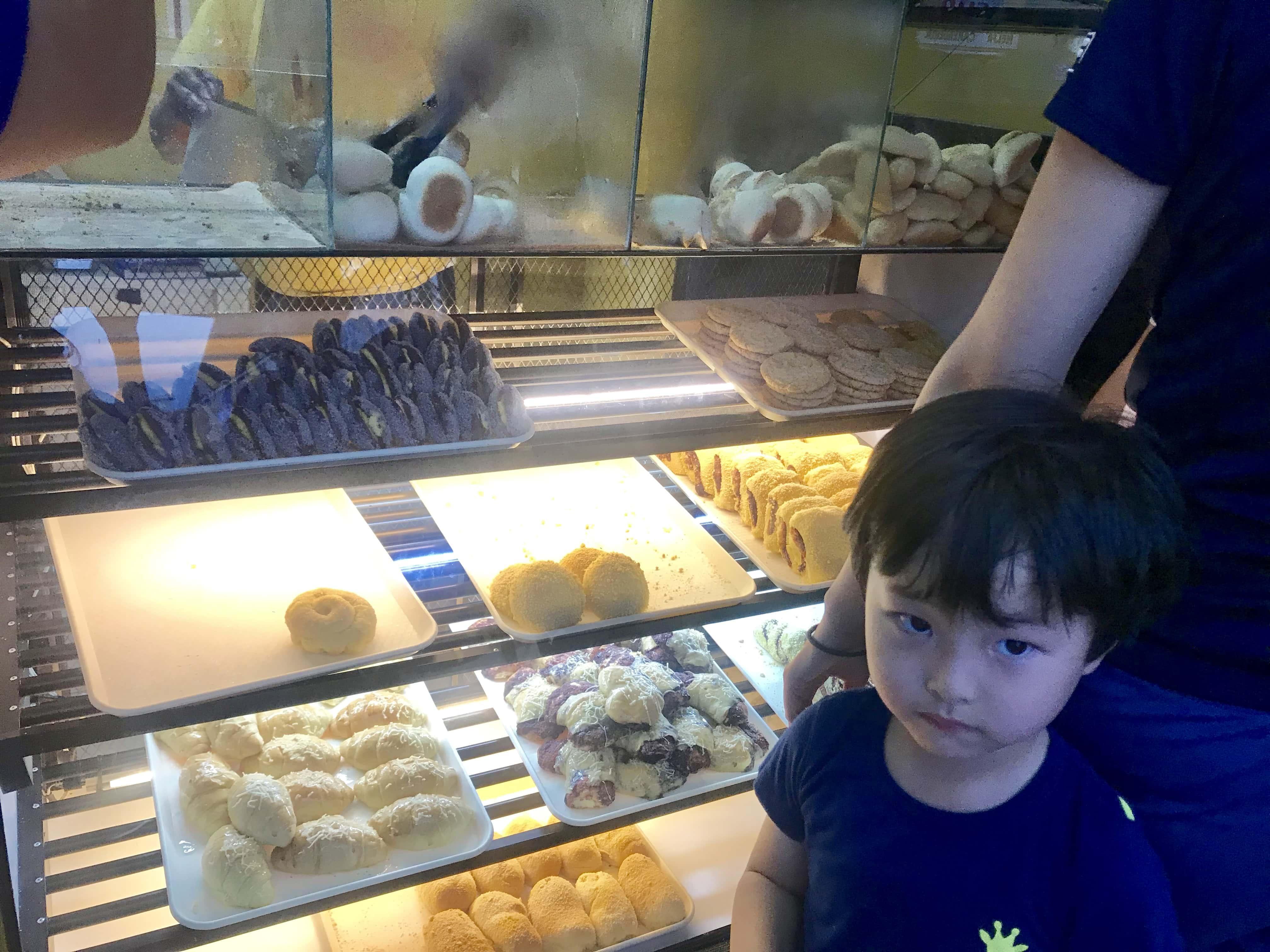 ホテル近くのパン屋